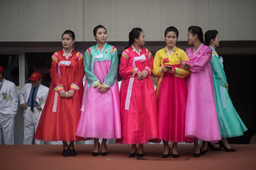 Norte-coreanas em trajes tradicionais durante maratona anual em Pyongyang, 8 de abril de 2018