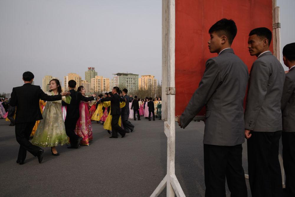 Dança em massa na festa dedicada a Kim Jong-il, pai do atual líder norte-coreano, 9 de abril de 2018