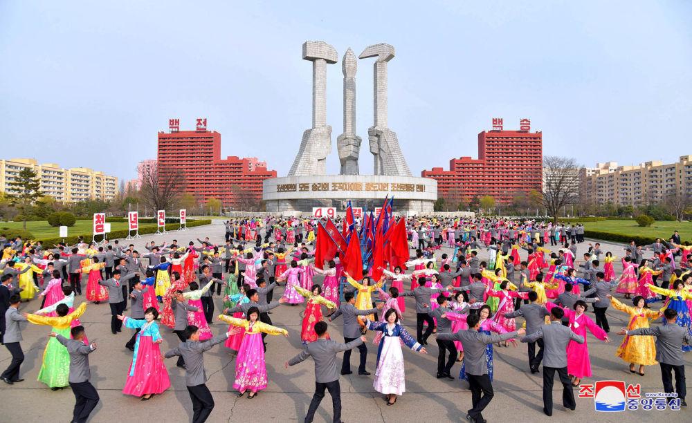 Jovens dançam na festa dedicada aos 25 anos da eleição de Kim Jong-il como presidente da Comissão Nacional de Defesa da Coreia do Norte, 9 de abril de 2018