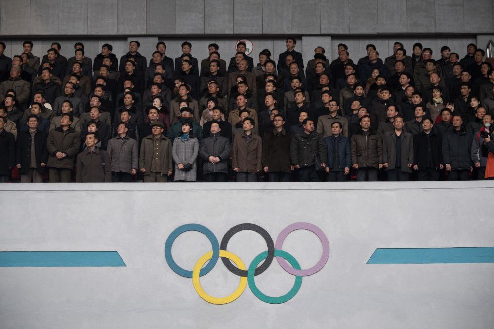 Espectadores nas arquibancadas durante maratona em Pyongyang, 8 de abril de 2018