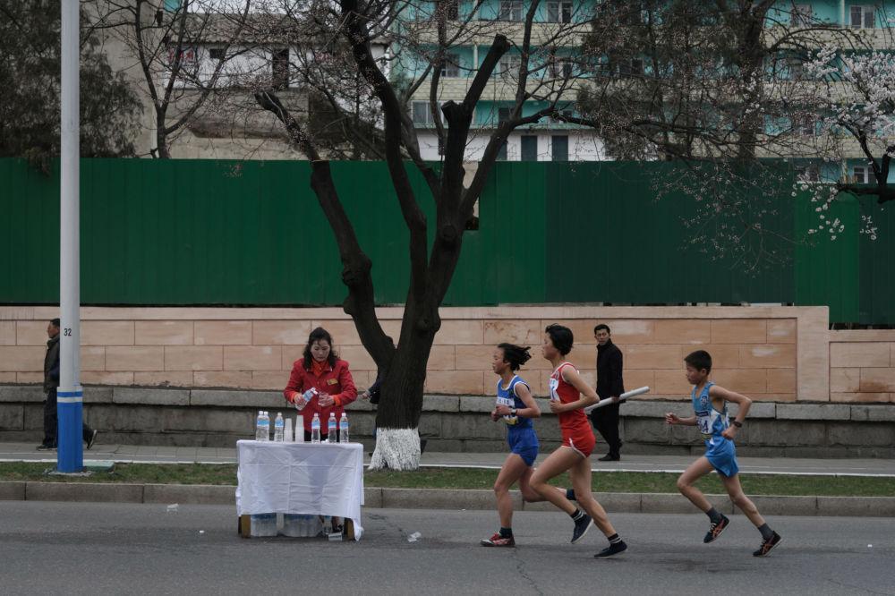Participantes da maratona anual em Pyongyang, 8 de abril de 2018