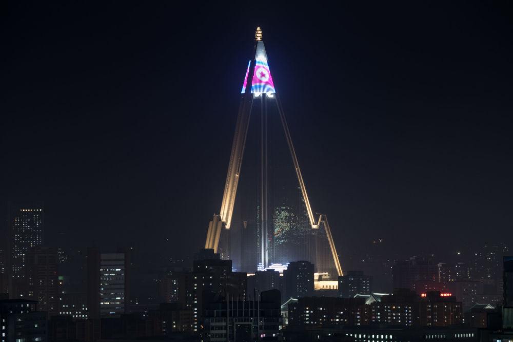 Bandeira da Coreia do Norte no topo do hotel Ryugyong em Pyongyang, 9 de abril de 2018