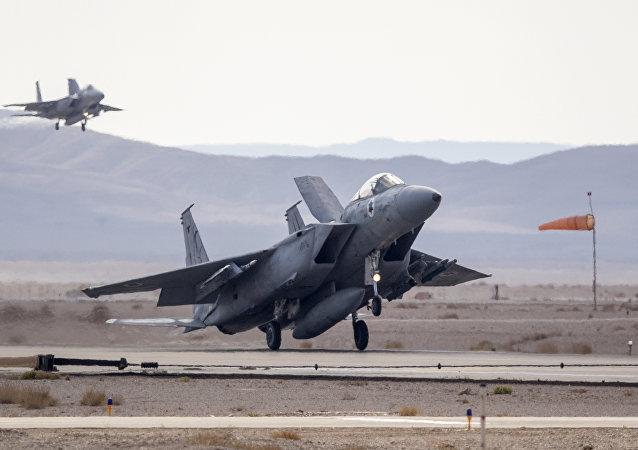 Jato F-15 da Força Aérea Israelense decola na base aérea de Ovda durante exercício Bandeira Azul, Israel, 8 de novembro de 2017