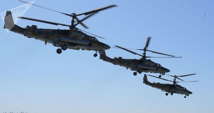 Helicópteros de assalto Ka-52 Alligator participam do ensaio da parte aérea da 73ª Parada da Vitória que se realizará na Praça Vermelha, em Moscou, em 9 de maio de 2018