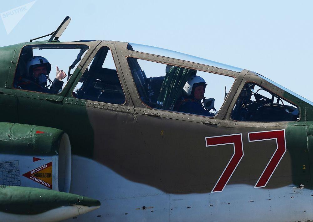 Avião de ataque ao solo Su-25 participa do ensaio da parte aérea da 73ª Parada da Vitória que se realizará na Praça Vermelha, em Moscou, em 9 de maio de 2018