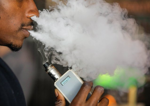 Homem fuma cigarro eletrônico nas ruas de Toronto, no Canadá