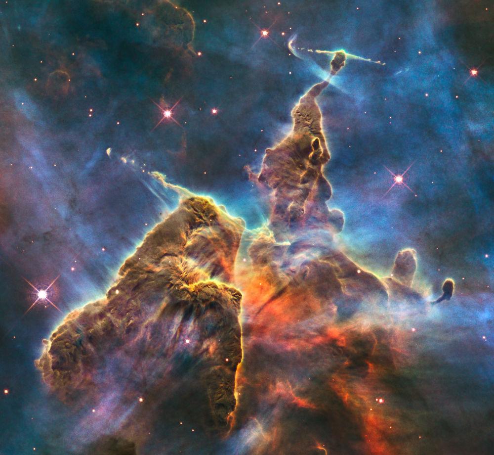 Nebulosa de emissão na constelação de Carina se parece com uma paisagem do filme O Senhor dos Anéis
