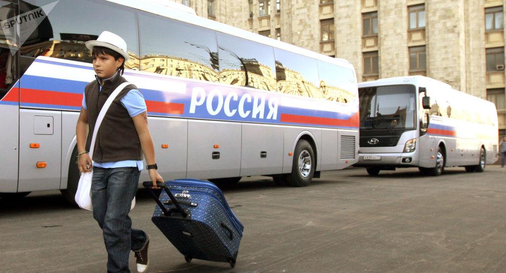 Menino passa por ônibus, nos arredores de Moscou (foto de arquivo)