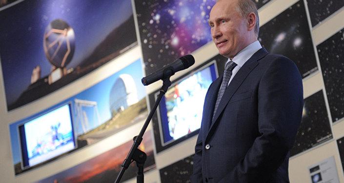 O então primeiro-ministro da Rússia, Vladimir Putin, fala durante uma cerimônia de premiação no Planetário de Moscou. Ele apresentou a premiação do dia da Cosmonáutica, que homenageia o voo espacial pioneiro de Yuri  Gagarin.