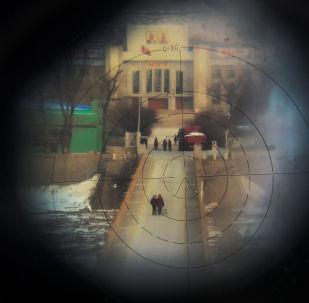 Mulheres captadas por binóculo na fronteira entre a China e a Coreia do Norte