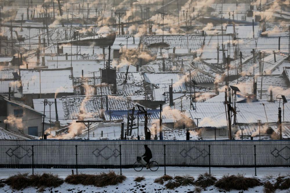 Homem de bicicleta é visto no território norte-coreano perto da fronteira chinesa