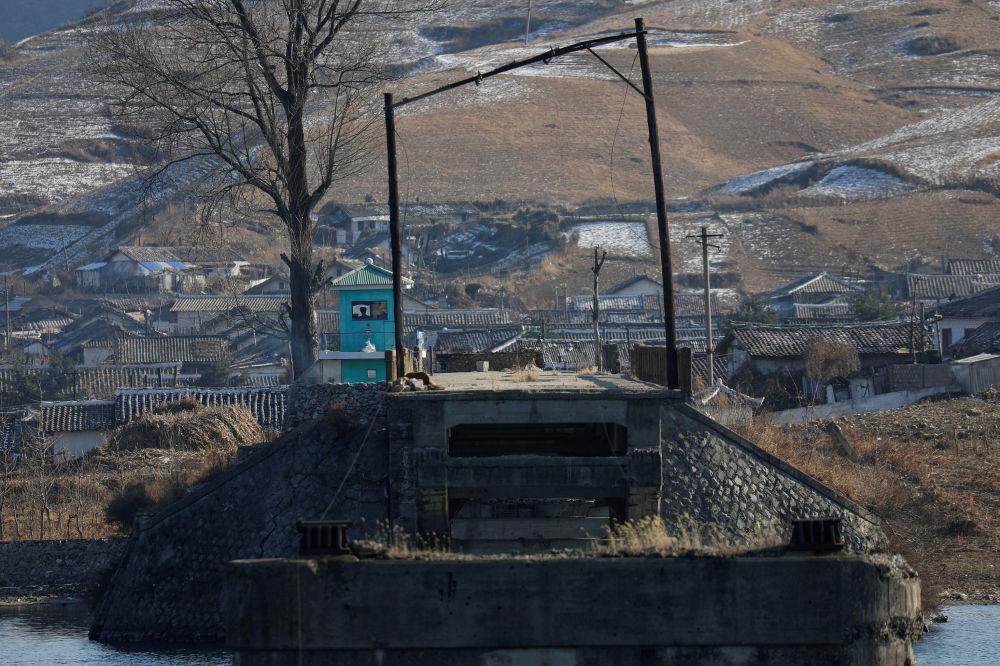 Guardas fronteiriços captados a partir da parte chinesa da fronteira