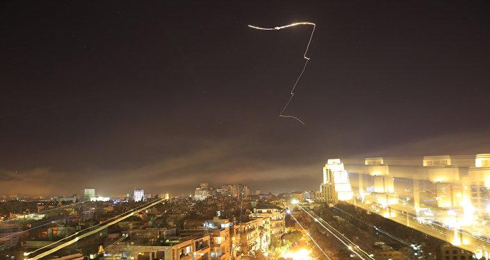 Mísseis cruzam horizonte de Damasco durante ataque dos EUA e seus aliados contra a Síria, 14 de abril de 2018