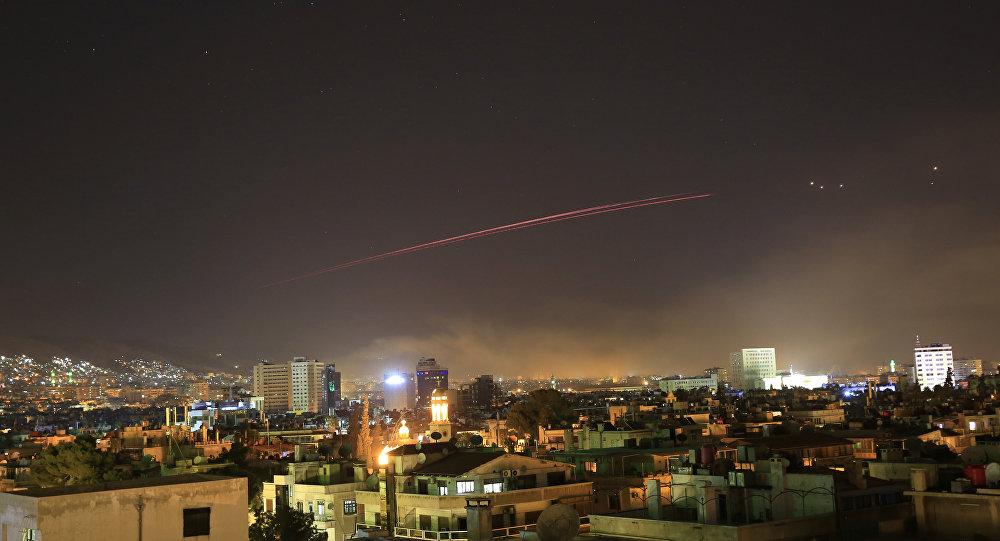 Mísseis cruzam o céu sobre Damasco durante ataque norte-americano ao país, na noite entre 13 e 14 de abril