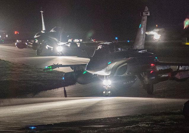 Caças franceses Rafale preparam-se para decolar da base militar de Saint-Dizier (França) em 13 de abril de 2018