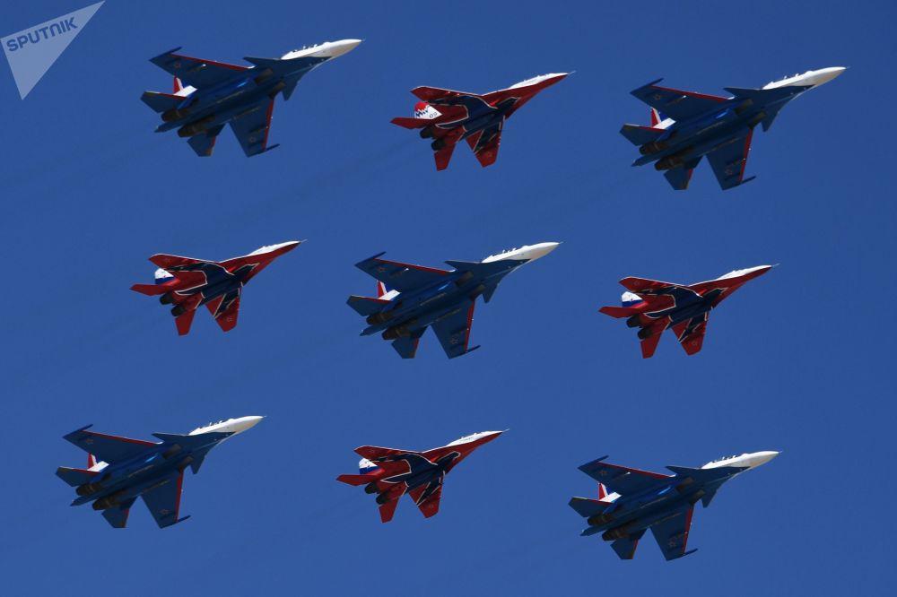 Caças multifuncionais Su-30SM da esquadrilha de acrobacia aérea Russkie Vityazy e os MiG-29 da esquadrilha Strizhy durante um ensaio da Parada da Vitória no polígono de Alabino
