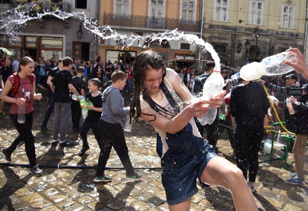 Cidadãos participam da tradição festiva de lançar água uns para os outros na cidade de Lvov