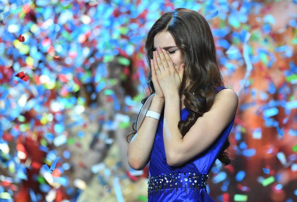 Miss Rússia 2018, Yulia Polyachikhina (à direita), reage à sua vitória durante a cerimônia de condecoração das finalistas do concurso, em Moscou