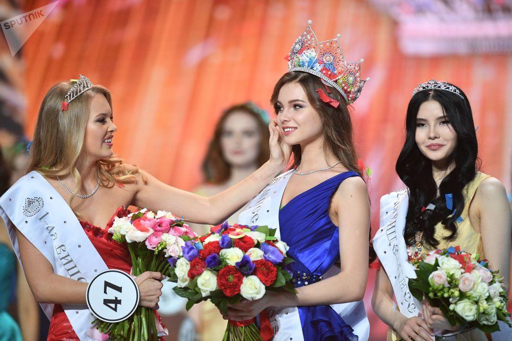 Miss Rússia 2018, Yulia Polyachikhina (no centro), durante a cerimônia de condecoração das finalistas do concurso, em Moscou