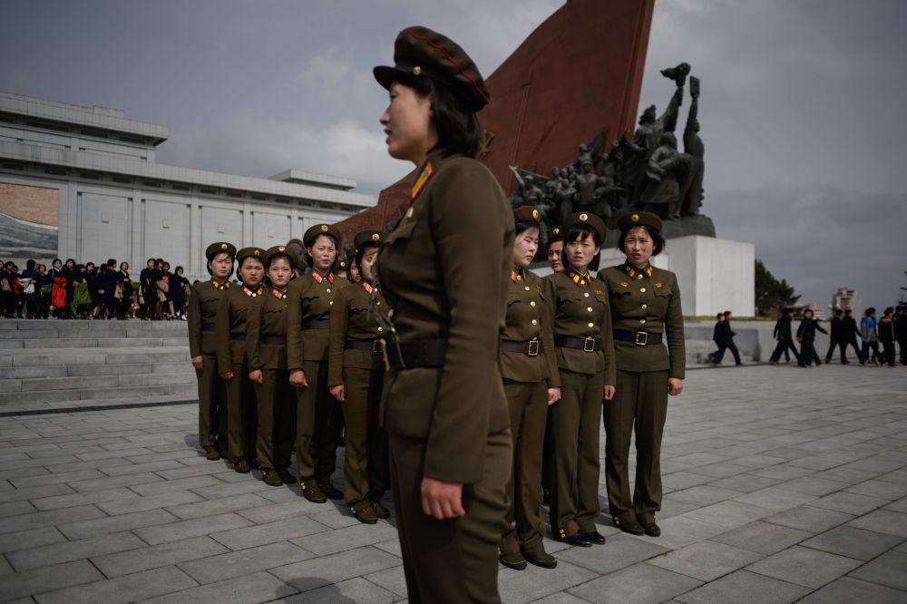Mulheres militares depois de reverenciar os monumentos dos líderes norte-coreanos Kim Il-sung e Kim Jong-il, Pyongyang, 15 de abril de 2018