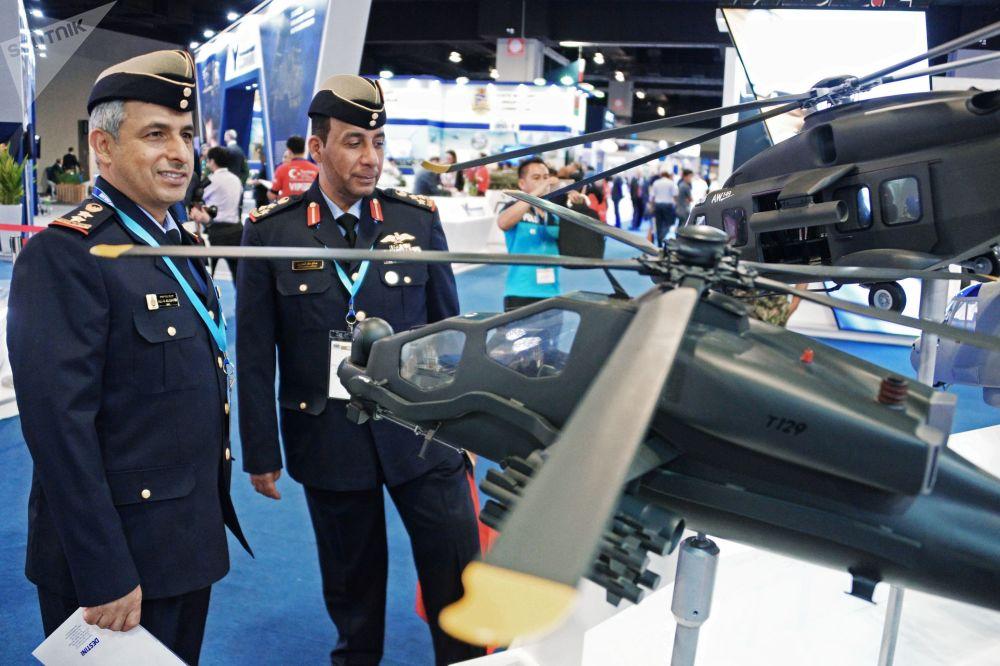 Maquetas do helicóptero militar AW149 de capacidade de carga média e do helicóptero de ataque T129 ATAK elaborados pela produtora britânico-italiana AgustaWestland (Leonardo).