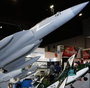Maqueta do caça tático multifuncional JF-17 Thunder elaborado pelo Paquistão em conjunto com a China
