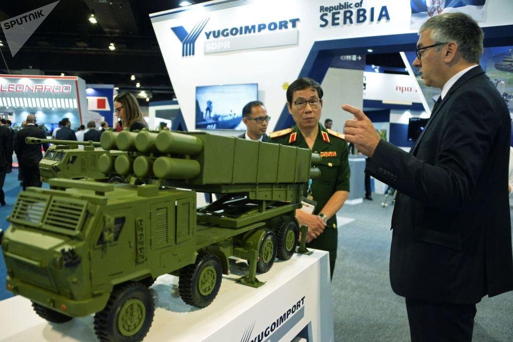 Visitantes da exposição no pavilhão da indústria militar da Sérvia