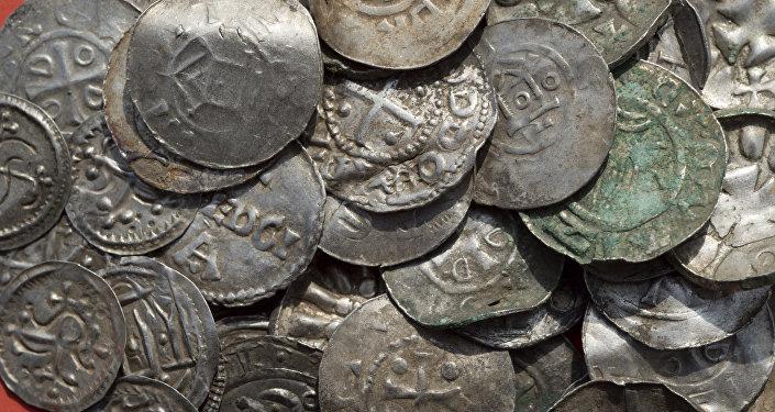 Moedas medievais encontradas na ilha alemã de Ruegen no mar Báltico