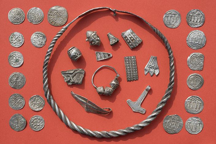 Joias e moedas antigas encontradas na ilha alemã de Ruegen no mar Báltico