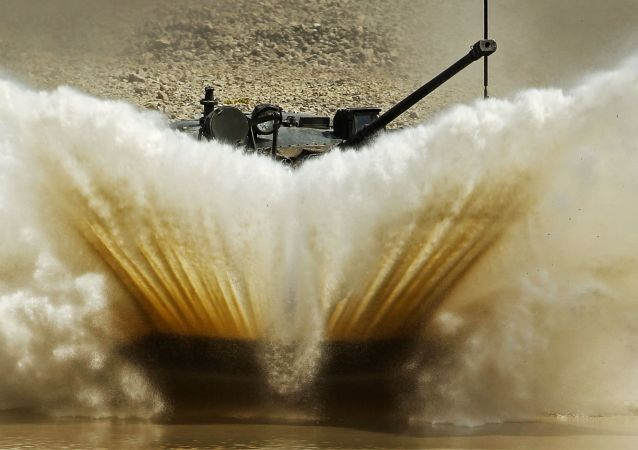 Veículo de combate aerotransportado superando um obstáculo aquático (imagem referencial)
