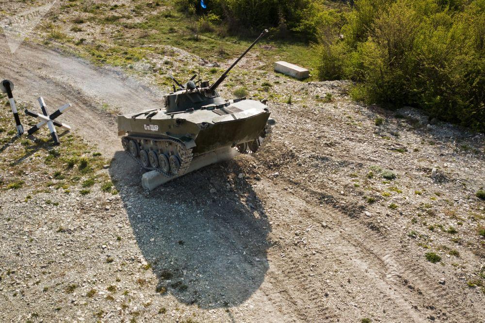 Veículo de combate de infantaria BMD-2 durante competições Pelotão de Desembarque no sul da Rússia