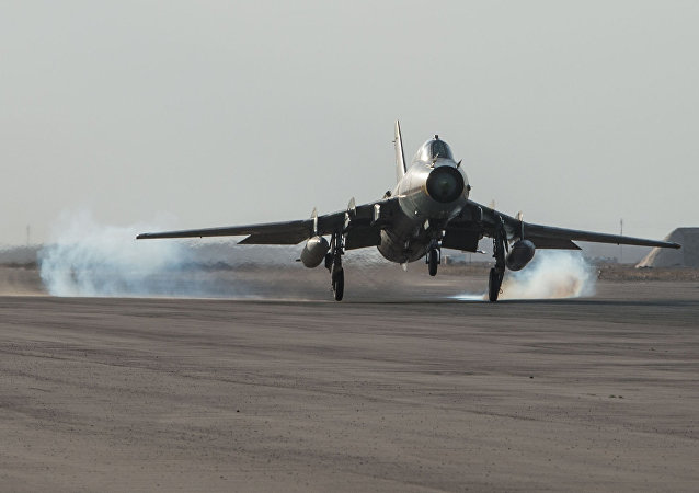 Avião da Força Aérea síria na base aérea da Síria na província de Homs, Síria, 21 de fevereiro de 2016