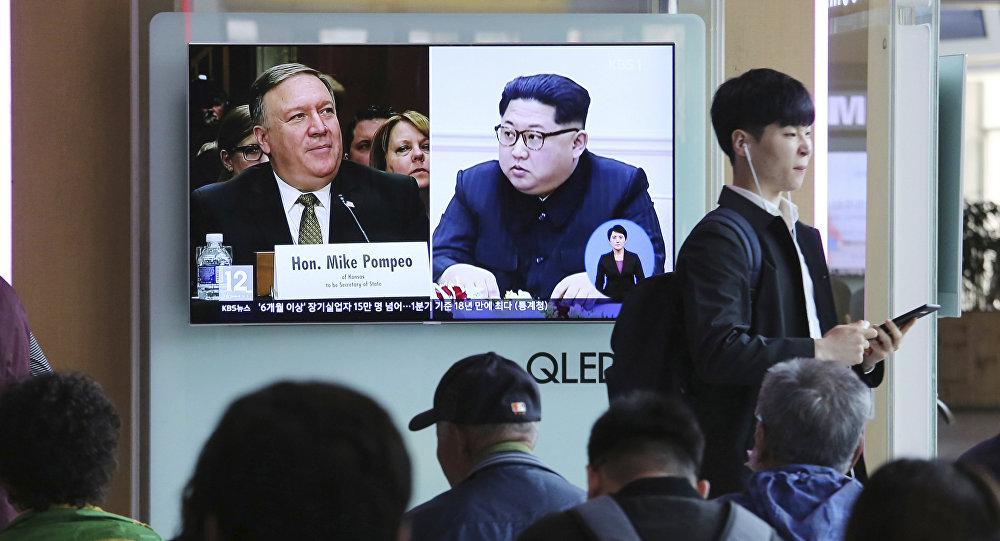 Sul-coreanos assistem a um programa de TV mostrando o líder norte-coreano Kim Jong-un (à direita) e ex-diretor da CIA, Mike Pompeo, que viajou secretamente na semana passada à Coreia do Norte