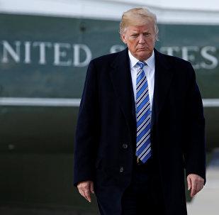 O presidente dos EUA, Donald Trump, próximo ao Air Force One em voo para Palm Beach.
