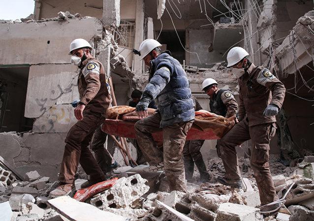 Membros da defesa civil síria, mais conhecidos como Capacetes Brancos em Damasco (foto de arquivo)