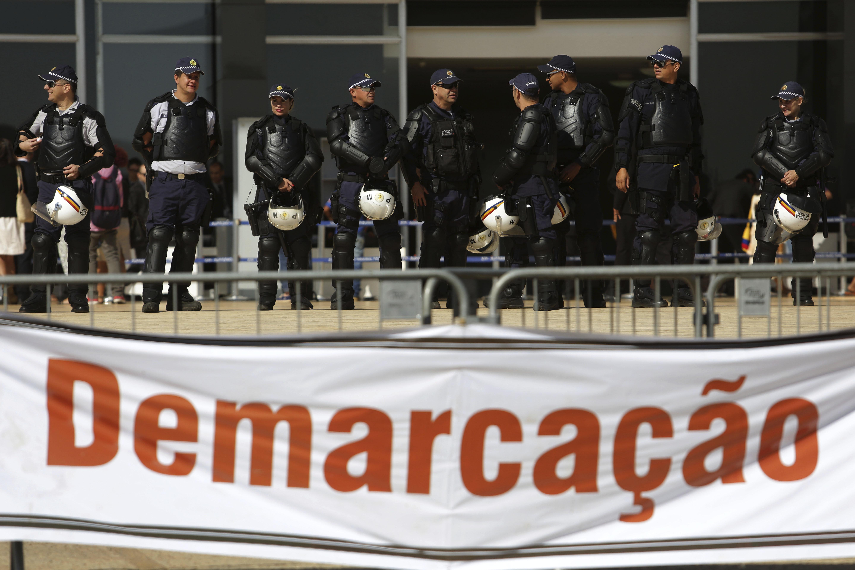 Polícia guarda Supremo Tribunal Federal (STF) diante de protesto indígena que pede demarcação de terras.