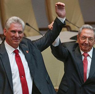 Ex-presidente de Cuba, Raul Castro, com novo líder do país, Miguel Díaz-Canel, na Assembleia Nacional em Havana, Cuba, 19 de abril de 2018
