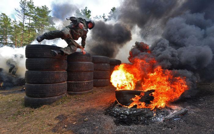 Circuito de obstáculos de provas para as forças especiais bielorrussas