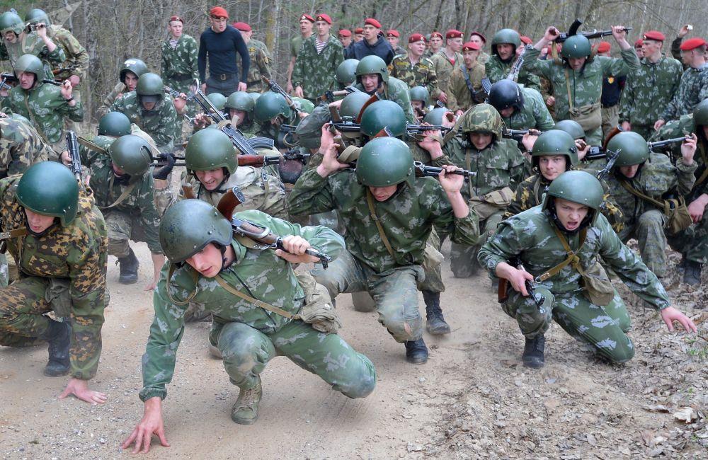 Militares bielorrussos passam por circuito de obstáculos durante prova para ganhar direito de usar boina castanho escuro