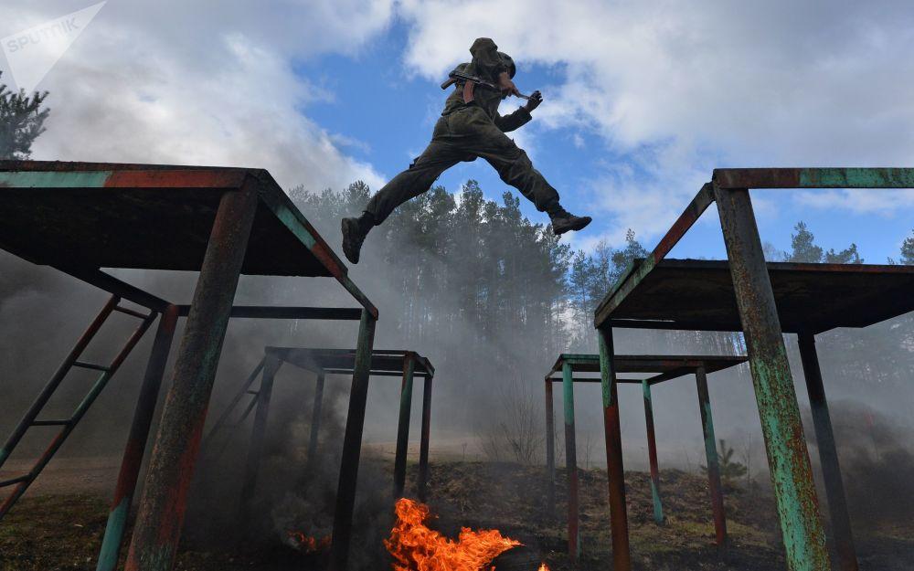 Circuito de obstáculos combinado nas provas para forças especiais bielorrussas