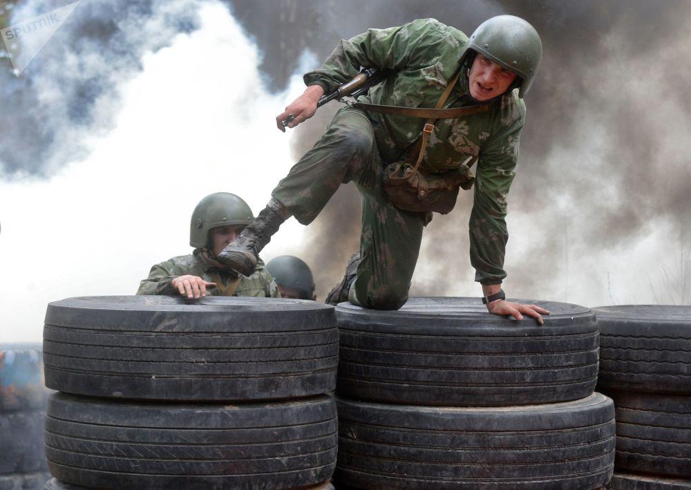 Militar bielorrusso durante provas das forças especiais bielorrussas