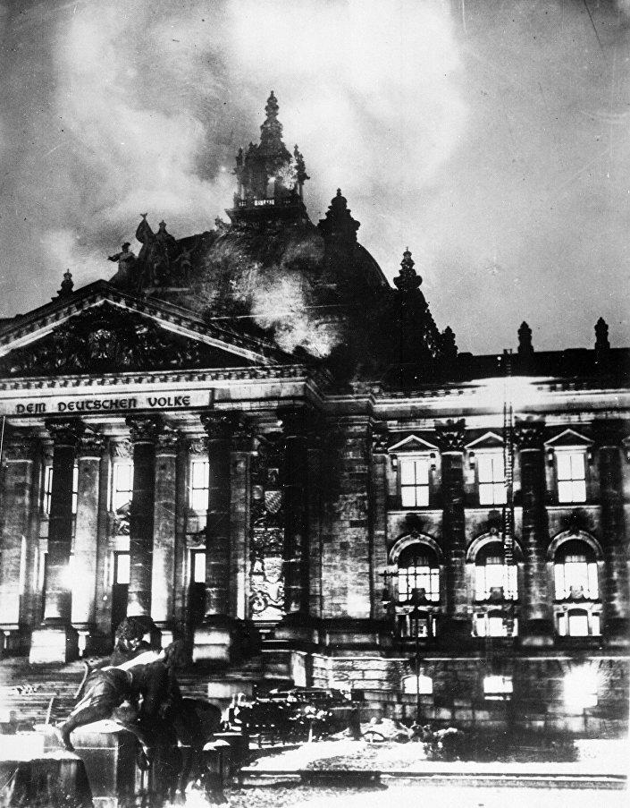 Bombeiros lutam contra as chamas no Palácio do Reichstag, Berlim (foto de arquivo)