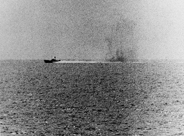 Lancha vietnamita procura evitar o fogo do USS Maddox (2 de agosto de 1964)