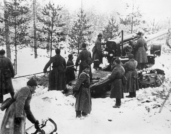 Guerra soviético-finlandesa de 1939-1940. Soldados do Exército Vermelho disparam contra fortificações finlandesas na Carélia (foto de arquivo)