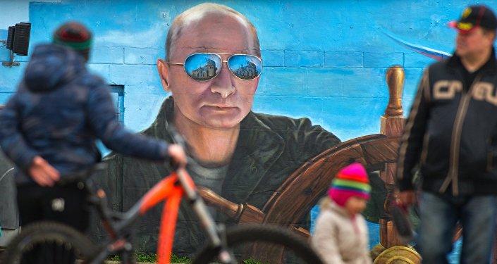Pedestres junto com o retrato de Putin, na cidade de Yalta, na Crimeia (foto de arquivo)