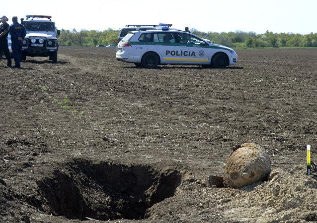 Bombas não explodidas em um campo perto da cidade de Sturovo, Eslováquia
