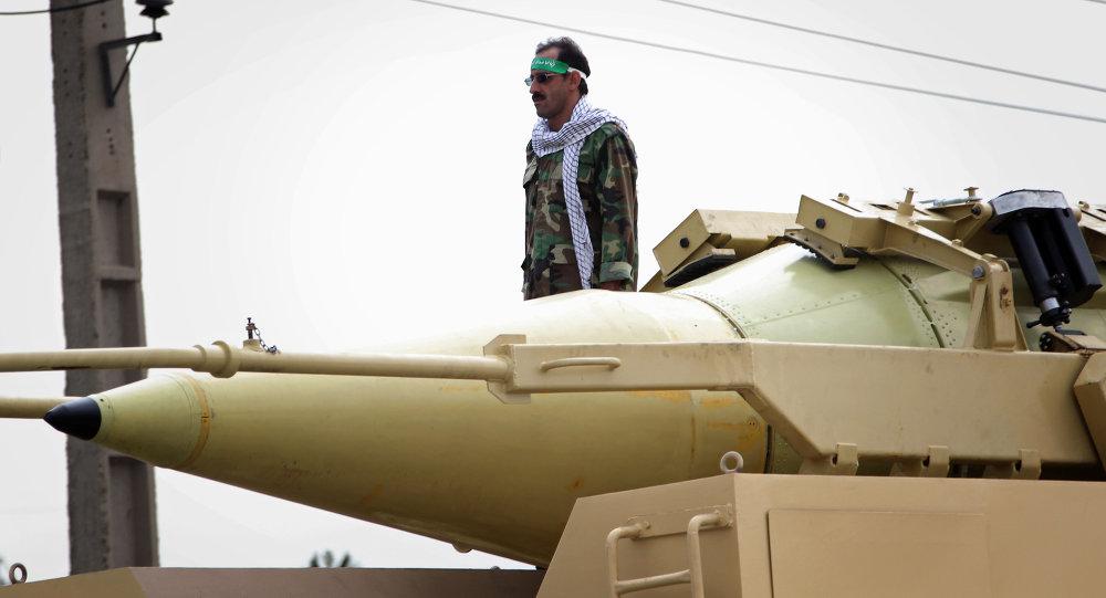 Membro da Guarda Revolucionária Iraniana ao lado do míssil balístico Shabab-3