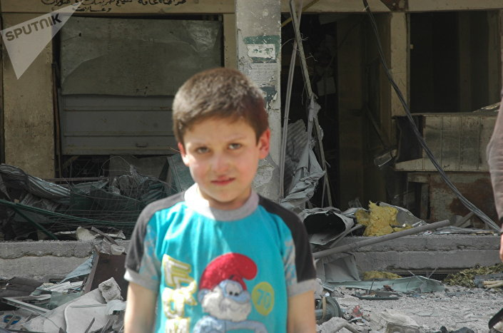 Mustafa, menino sírio, participando da encenação do ataque químico em Douma