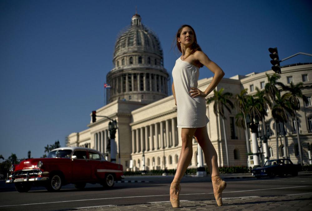 Bailarina do Balé Nacional de Cuba, Daniela Gomez Perez, dançando perto do Capitólio Nacional em Havana.