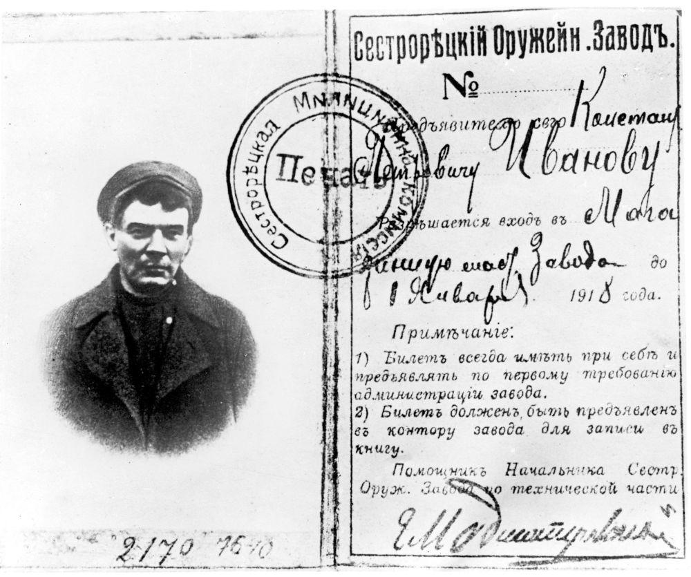 O cartão de identidade usado por Vladimir Lenin quando ele se escondia das autoridades